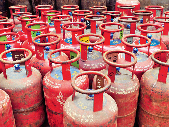HD Kumaraswamy demands OMC to released Additional LPG connections