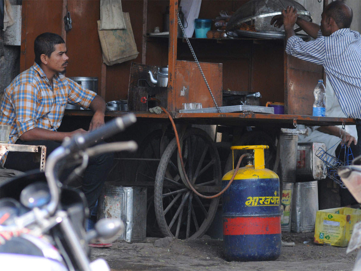 cng price: cng, piped cooking gas rate cut in delhi, adjoining towns, government news, et government