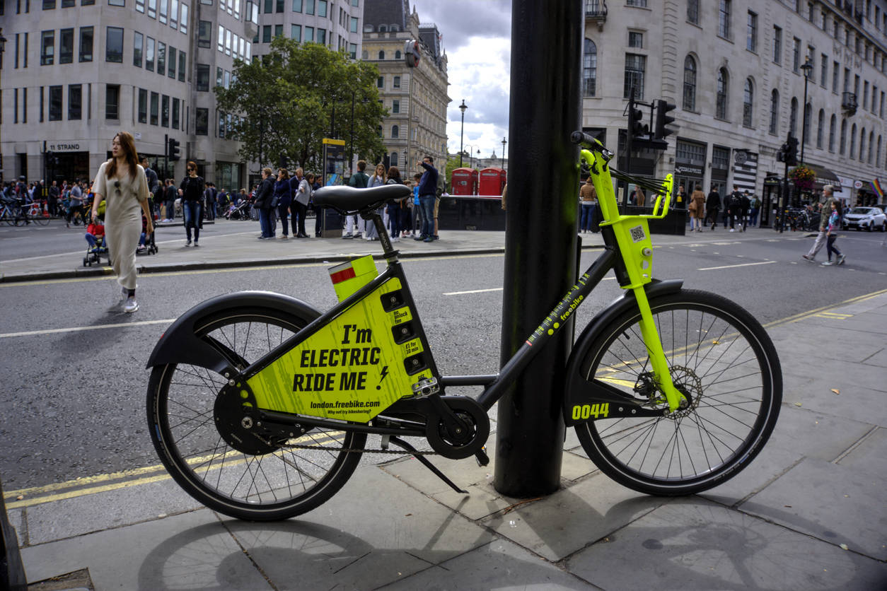 The battery-powered vehicles, which help riders puff up hills or into a strong wind, were aly gaining ground, helped by lighter and longer-lasting batteries and better motors.