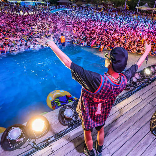 Massive pool party in China amid COVID-19 pandemic