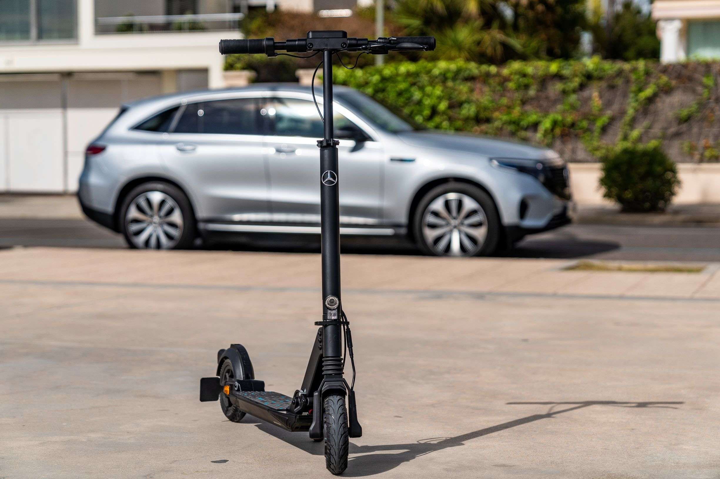 The e-scooter weighing around 13.5 kg has a folding mechanism, which can be operated with a press of the foot.