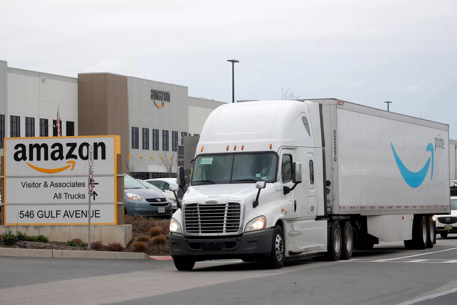 Amazon orders hundreds of trucks that run on natural gas