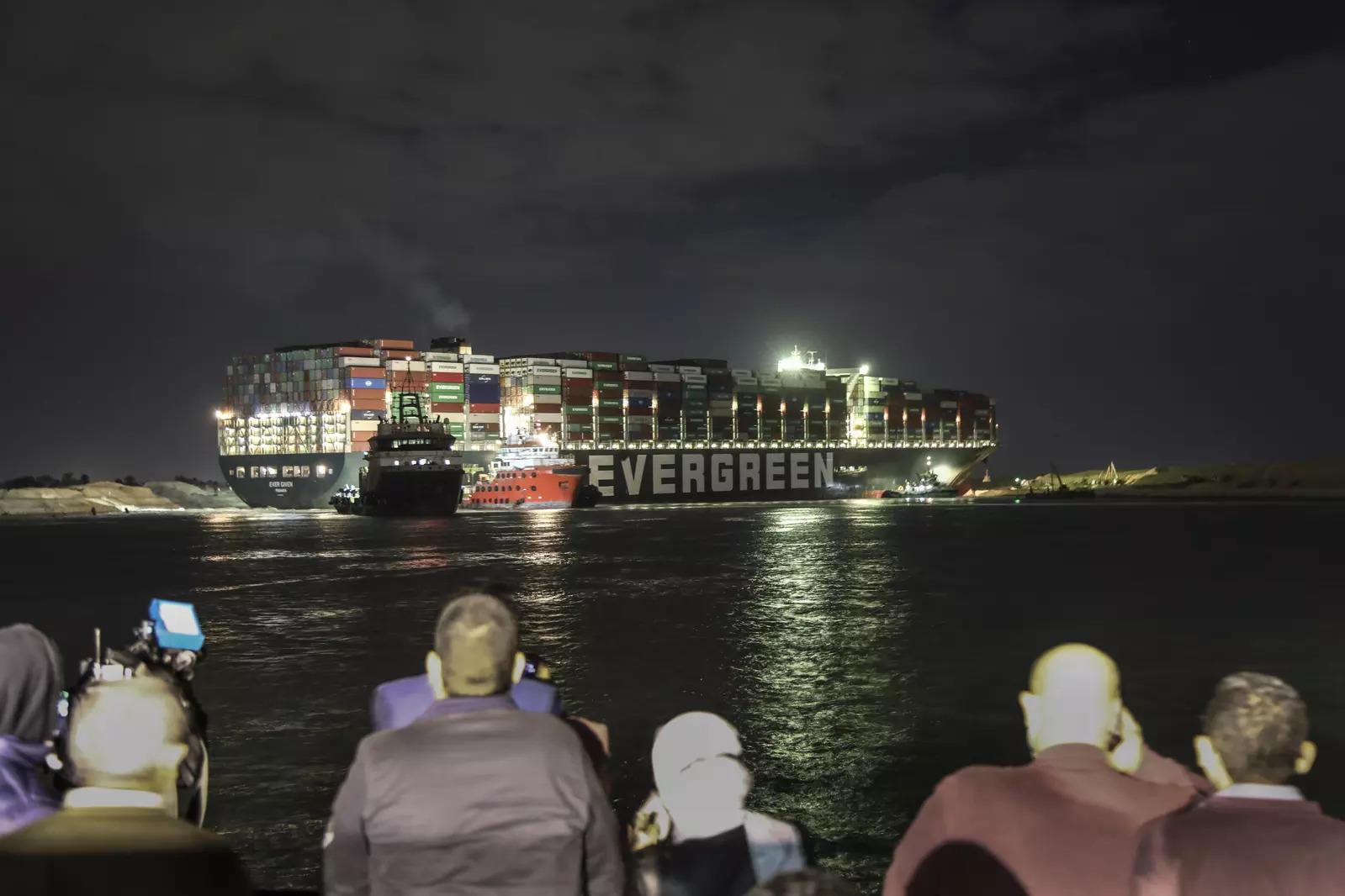 कभी-कभी, एक पनामा-ध्वजवाहक मालवाहक जहाज, जो स्वेज नहर के पार जाता है और महत्वपूर्ण जलमार्ग में यातायात को अवरुद्ध करता है।