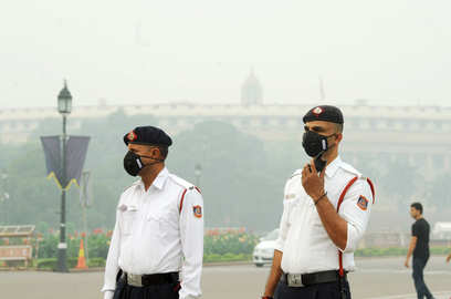 aqi in delhi remains in very poor category as pollutants in air rise